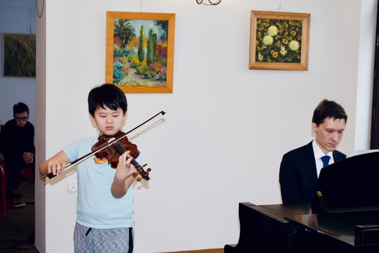 koncert kolędowy szkoły muzycznej z 2020 roku, gra na skrzypcach, Dr. Artur Smuga, Akompaniament 2 uczniowi, fortepian