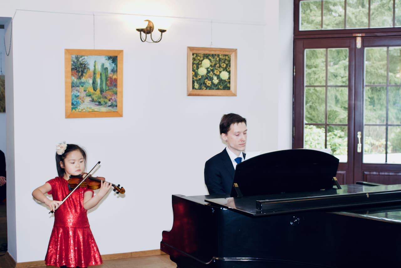 koncert kolędowy szkoły muzycznej z 2020 roku, Dr. Artur Smuga, Akompaniament 2 uczniowi, fortepian