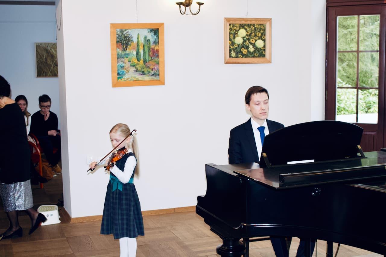 koncert kolędowy szkoły muzycznej z 2020 roku, Dr. Artur Smuga, Akompaniament uczniowi, fortepian