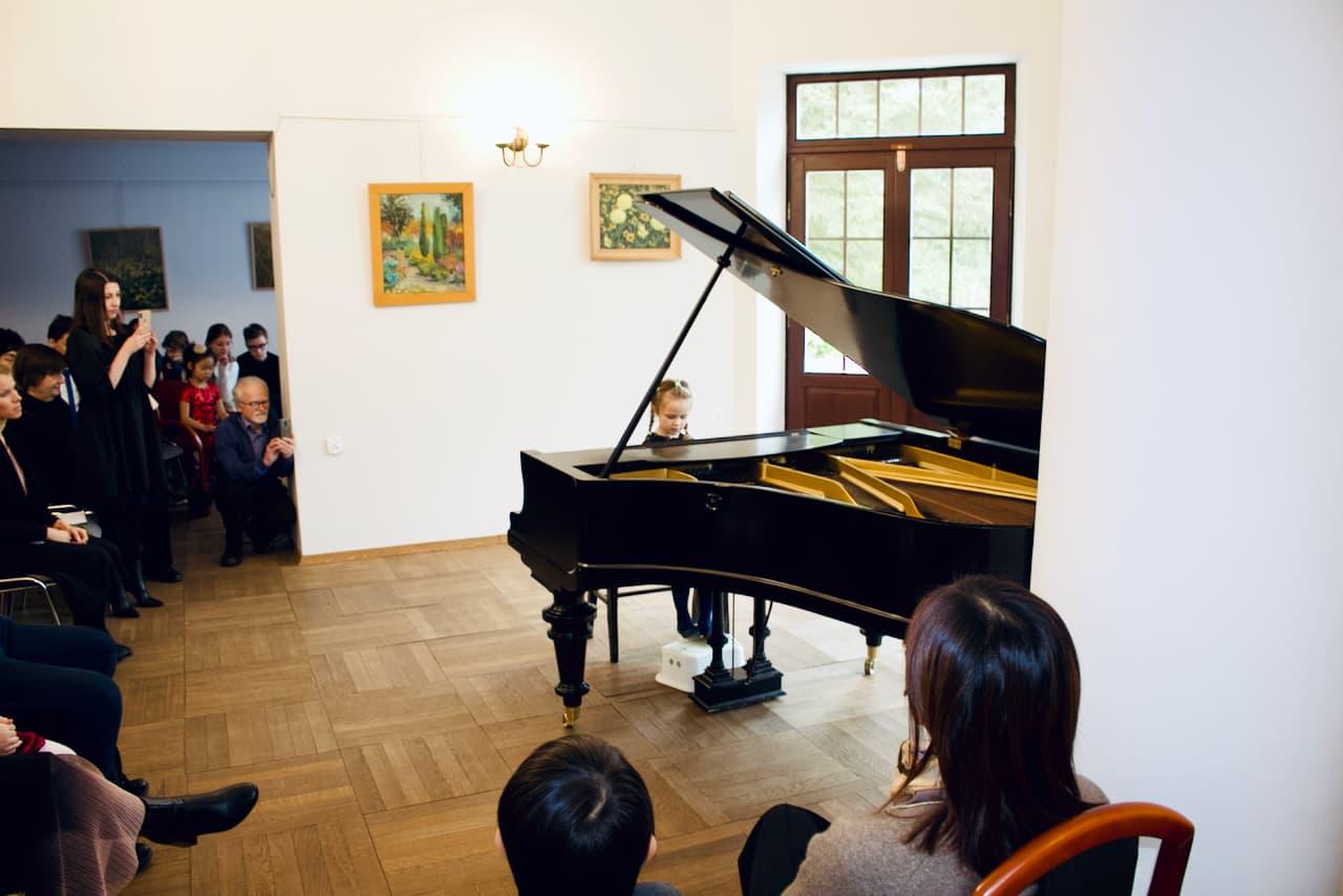 koncert kolędowy szkoły muzycznej z 2020 roku, gra na fortepianie uczennicy