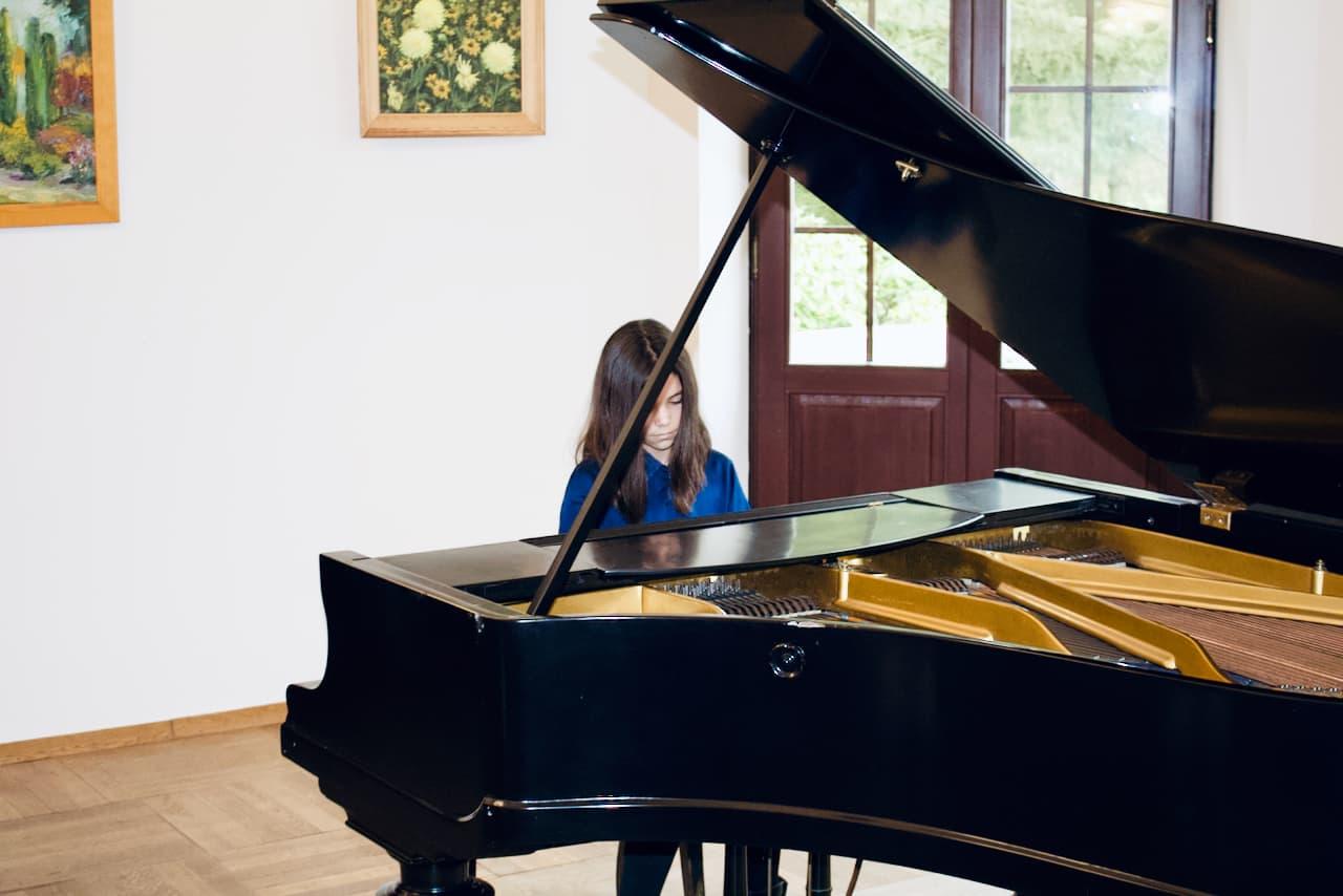 koncert kolędowy szkoły muzycznej z 2020 roku, gra na fortepianie uczennicy Dr. Artura