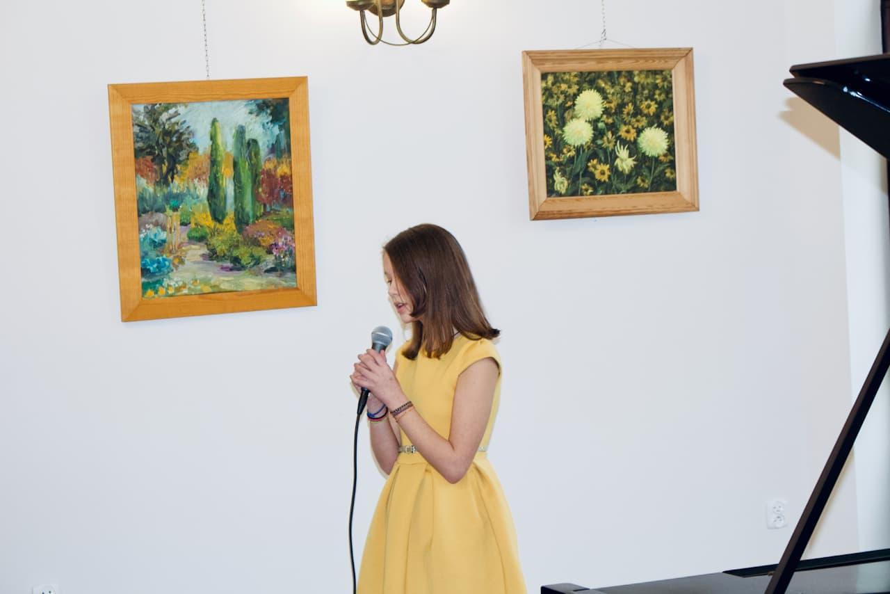 zdjęcie przedstawia koncert kolędowy szkoły muzycznej z 2020 roku, drugi śpiew ucznia klasy Alicji Zdrojewskiej