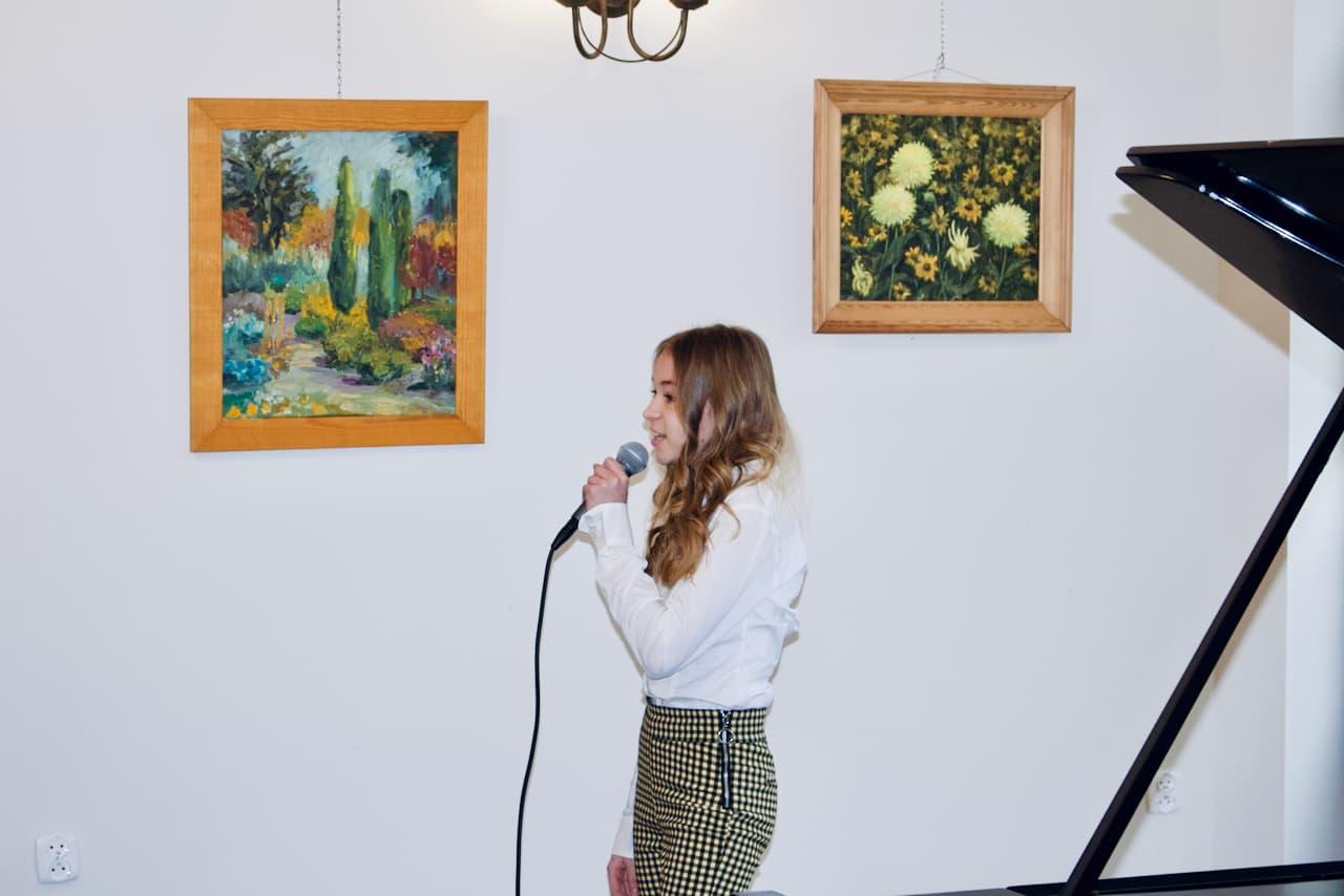 zdjęcie przedstawia koncert kolędowy szkoły muzycznej z 2020 roku, śpiew ucznia klasy Alicji Zdrojewskiej