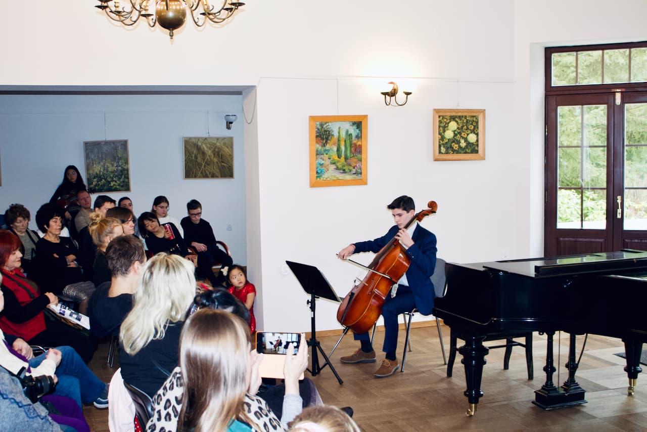 zdjęcie przedstawia koncert kolędowy szkoły muzycznej z 2020 roku, gra na wiolonczeli, uczeń szkoły muzycznej