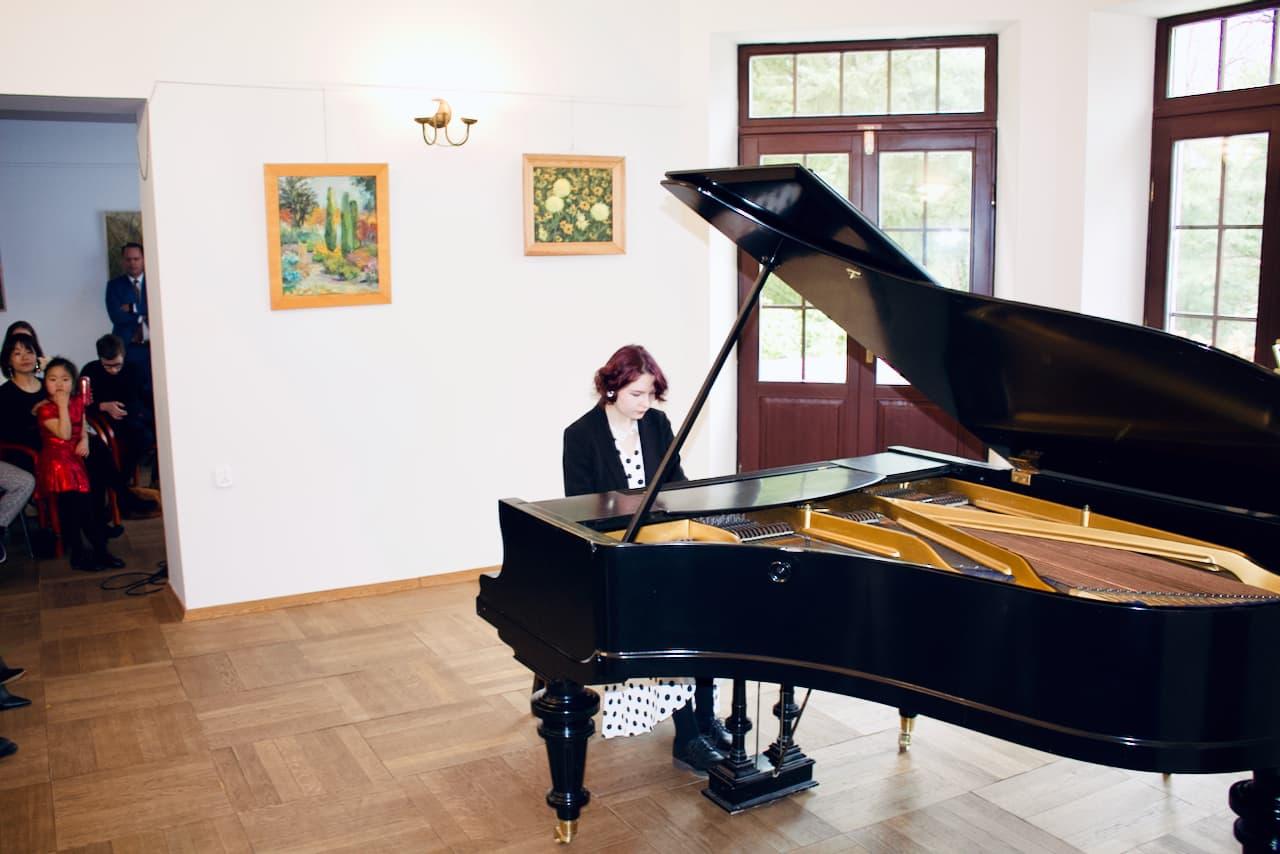 zdjęcie przedstawia koncert kolędowy szkoły muzycznej z 2020 roku, gra na fortepianie, uczennica
