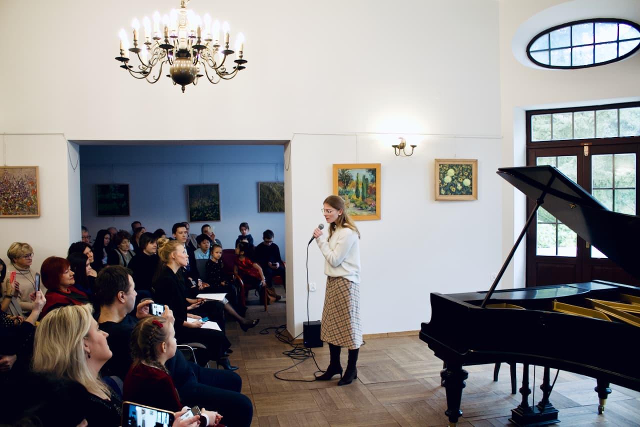 zdjęcie przedstawia koncert kolędowy szkoły muzycznej z 2020 roku, śpiew ucznia
