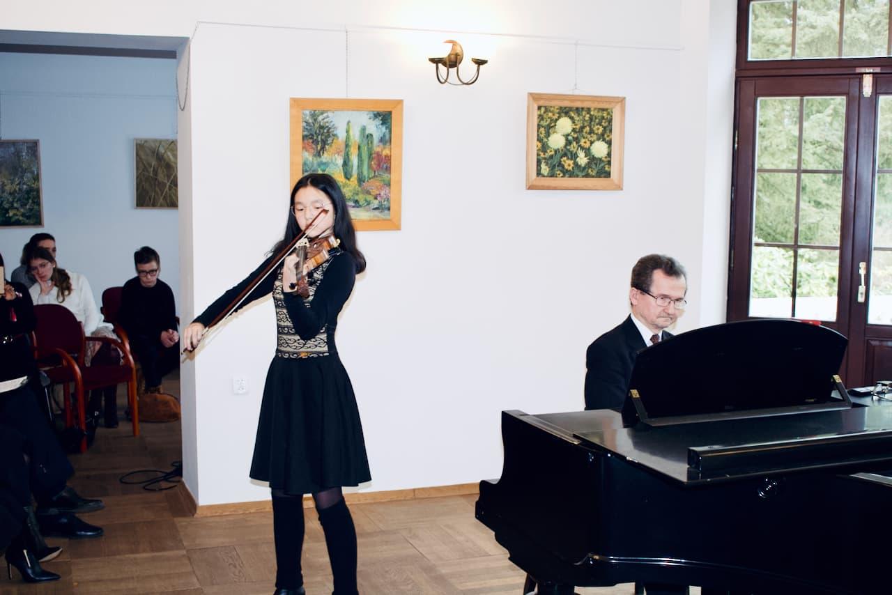 koncert kolędowy szkoły muzycznej z 2020 roku, gra uczennicy szkoły muzycznej na skrzypcach