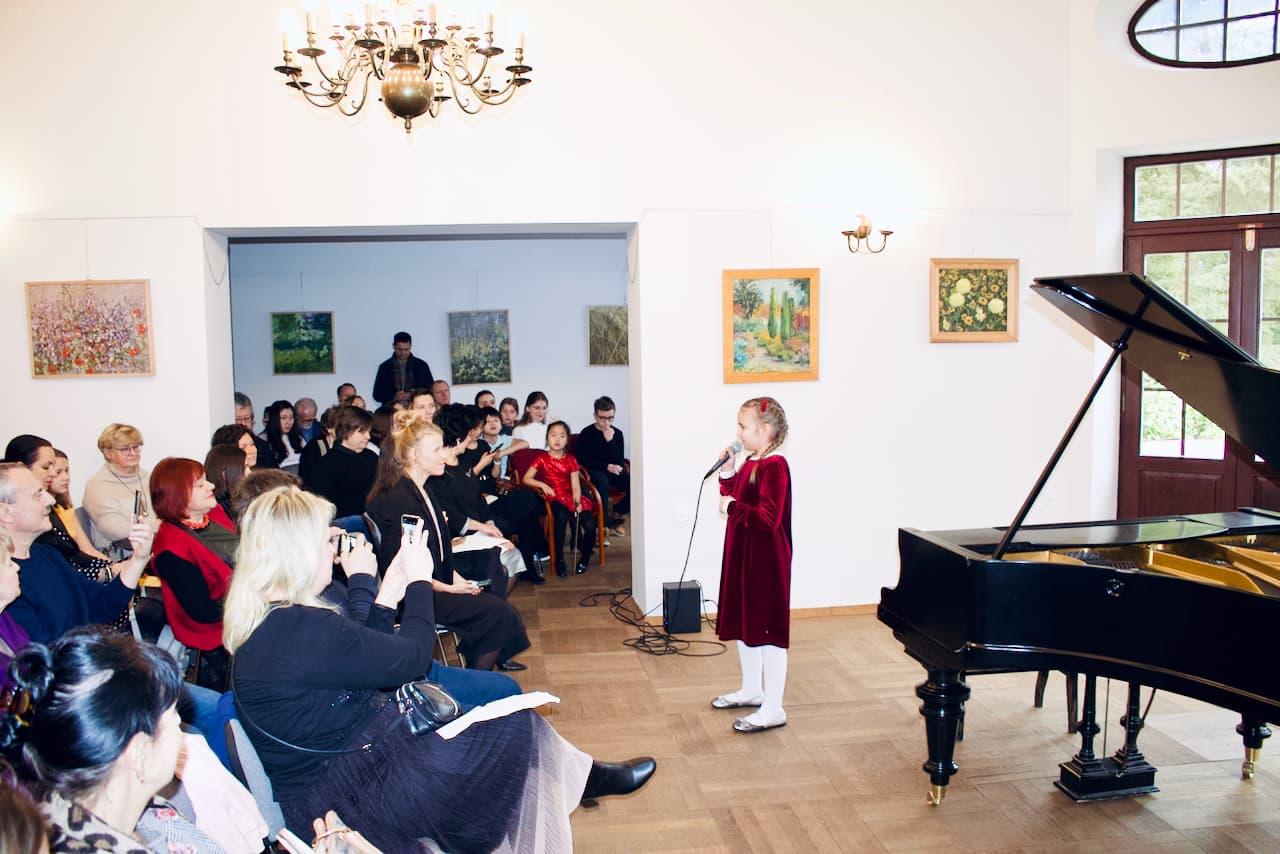 zdjęcie przedstawia koncert kolędowy szkoły muzycznej z 2020 roku, śpiew, lekcje śpiewu