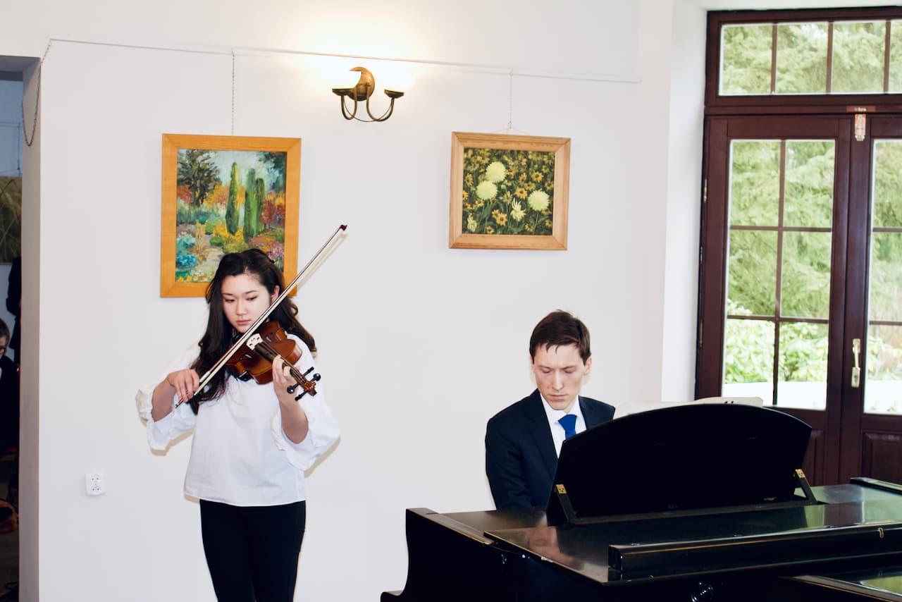 koncert kolędowy szkoły muzycznej z 2020 roku, wystąpienie uczennicy na skrzypcach z akompaniamentem Dr Smugi