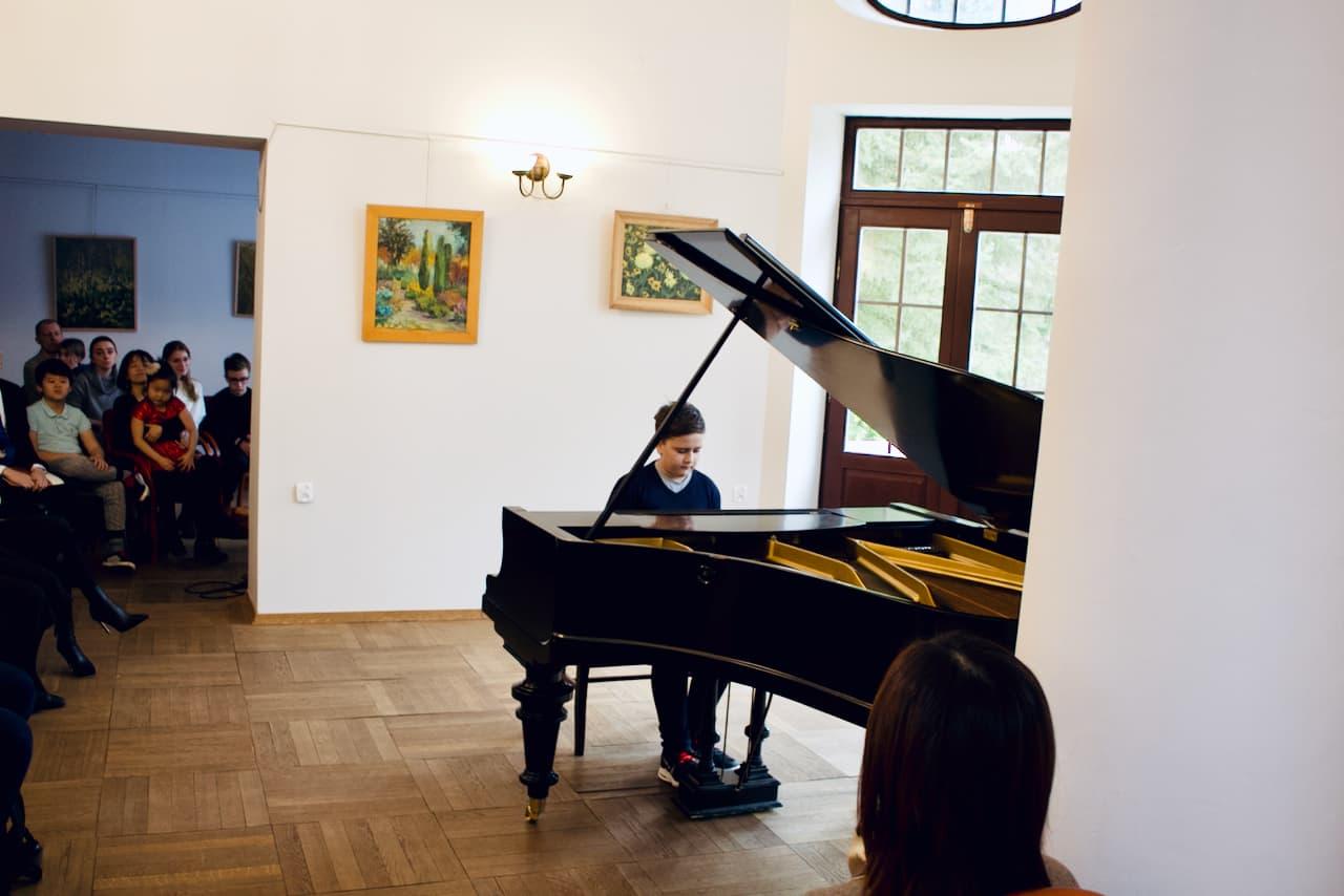 koncert kolędowy szkoły muzycznej z 2020 roku, gra 5 ucznia szkoły muzycznej unisono na fortepianie