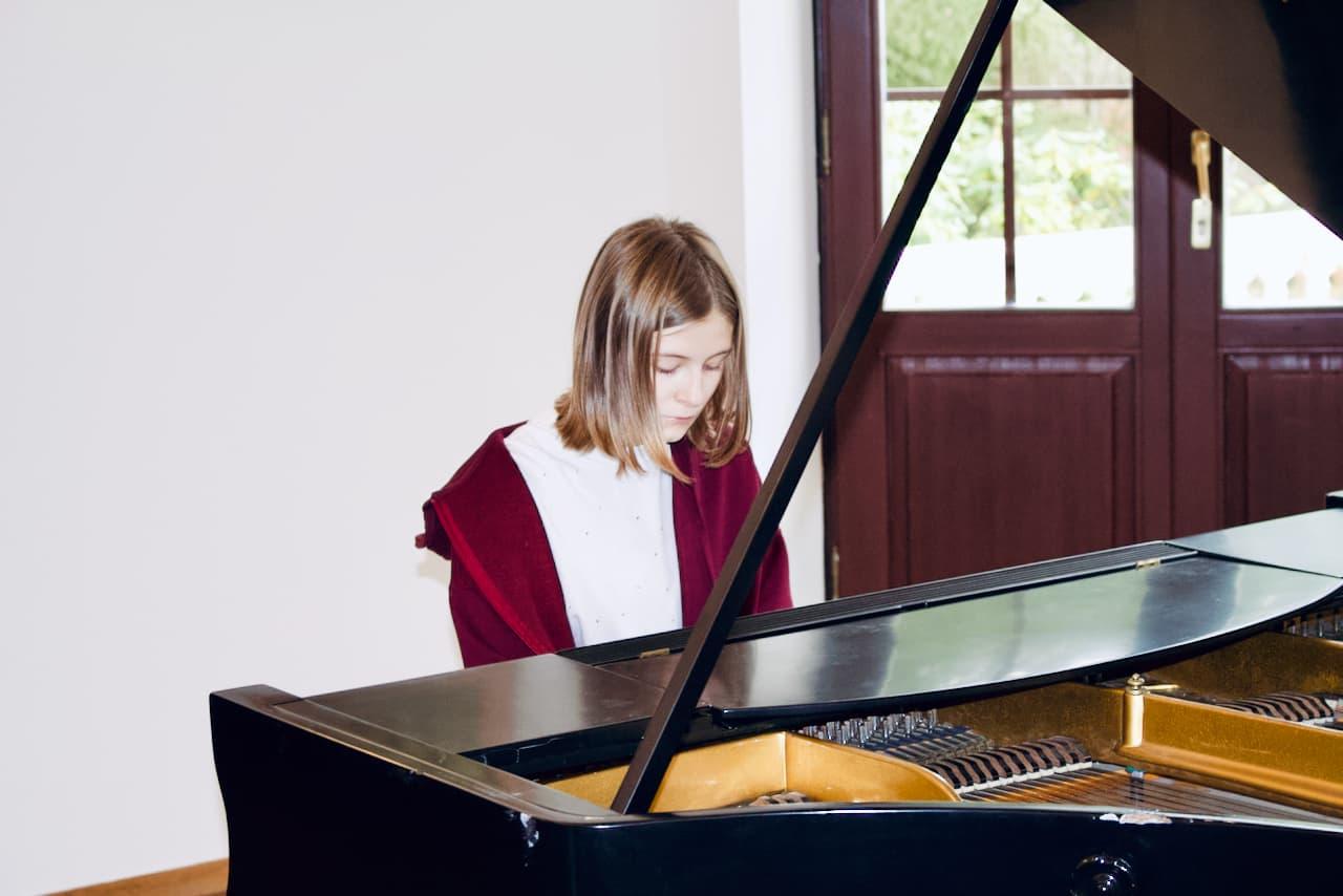 koncert kolędowy szkoły muzycznej z 2020 roku, gra 4 ucznia szkoły muzycznej unisono na fortepianie