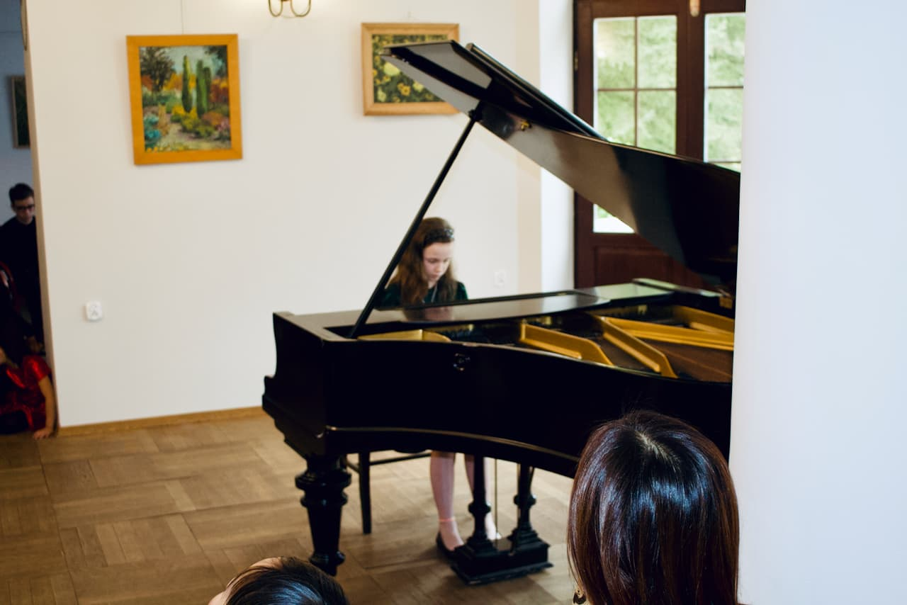 koncert kolędowy szkoły muzycznej z 2020 roku, gra 3 ucznia szkoły muzycznej unisono na fortepianie