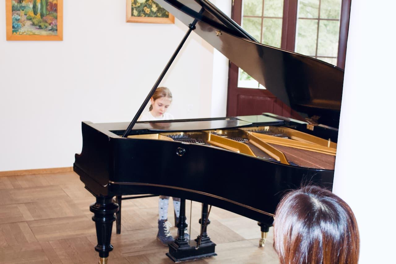koncert kolędowy szkoły muzycznej z 2020 roku, gra ucznia szkoły muzycznej unisono na fortepianie
