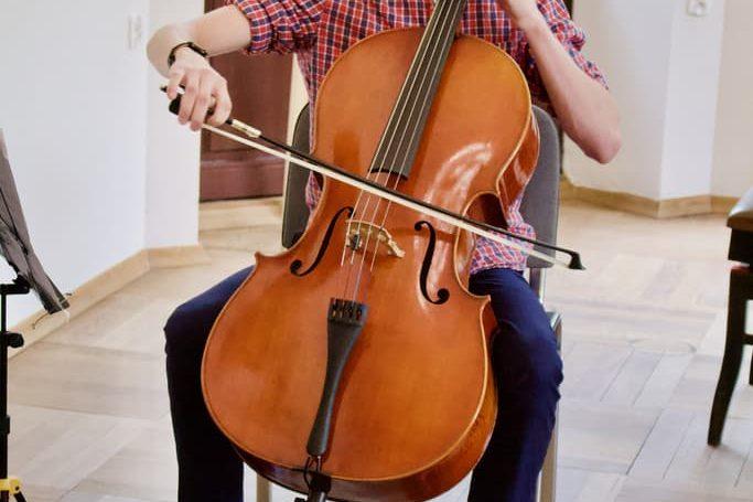 uczeń klasy wiolonczeli, koncert doroczny unisono 2021