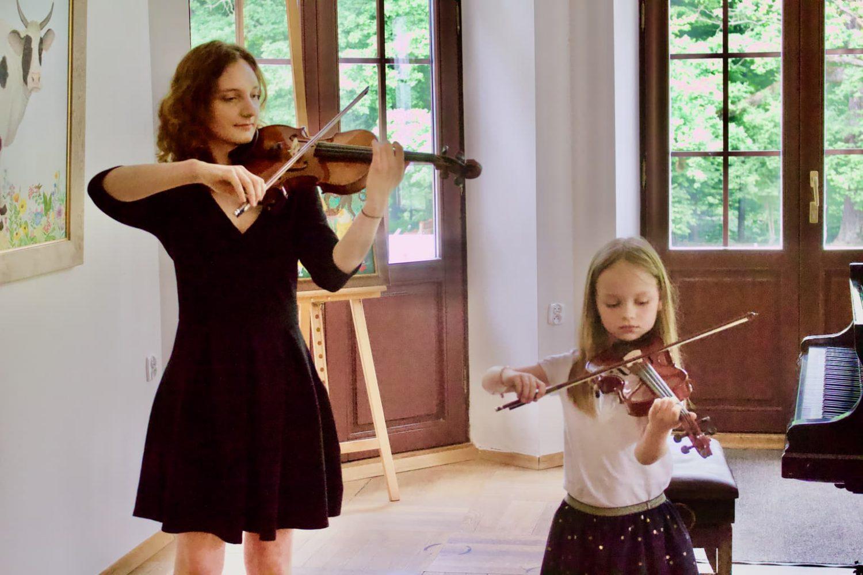 2 skrzypaczki, uczennice skrzypiec Zofii Zwolińskiej, Pałacyk Fangora